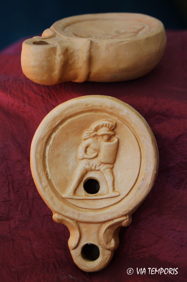 GALLO-ROMAN OIL LAMP WITH THRACIAN GLADIATOR