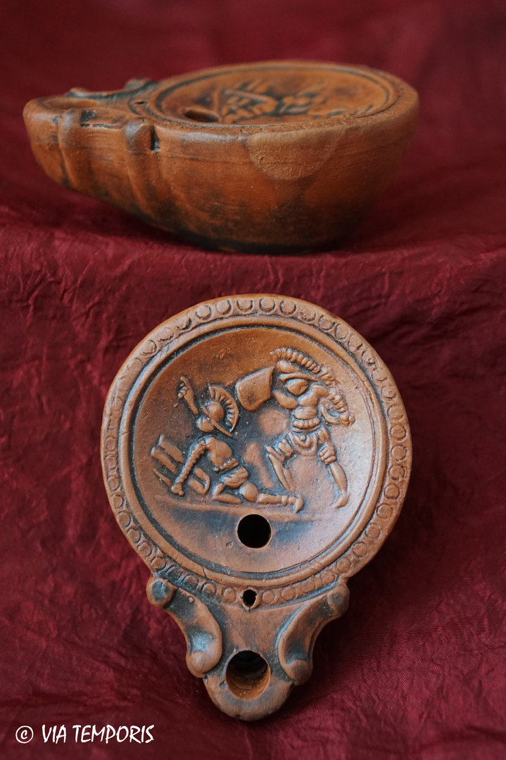 GALLO-ROMAN OIL LAMP WITH GLADIATOR FIGHT 1