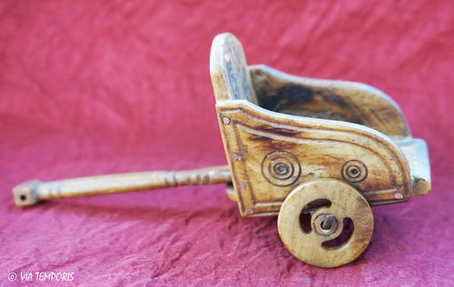 TOY OF CHILD - SMALL ROMAN CHARIOT IN BONE