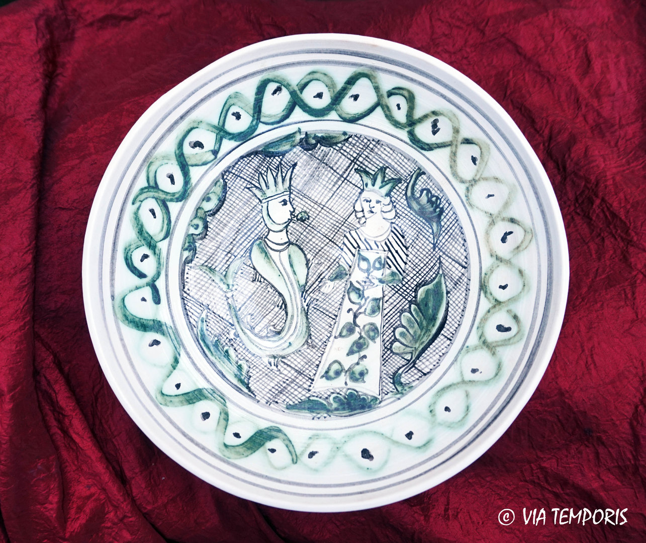 MEDIEVAL POTTERY - MAJOLICA PLATE WITH  2 CHARACTERS